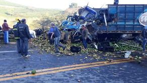 Batida entre caminhões deixa dois mortos na BR-116