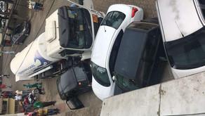 Caminhão bate em cinco veículos na praça Doutor César Leite
