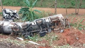 Bombeiros atendem acidente com caminhão tanque na BR-116