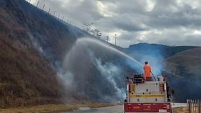 Bombeiros combatem incêndios em áreas de vegetação em Manhuaçu