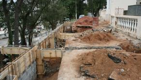 Secretaria de Obras trabalha durante o sábado para concluir obra próximo ao cemitério