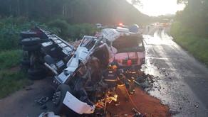Caminhoneiro morre em acidente próximo a Santo Amaro de Minas e carga saqueada