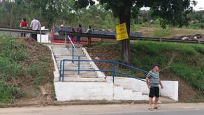 Instaladas grade de proteção e corrimão na escada em frente ao Bradesco em Realeza