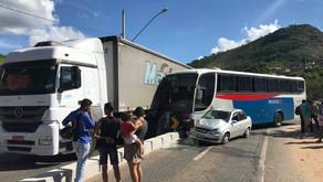 Colisão envolve carreta, ônibus e um veículo em Caratinga