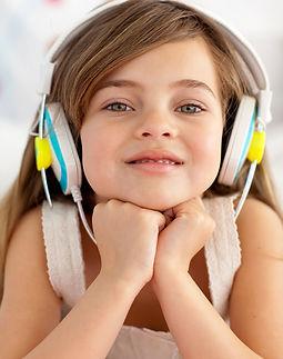 Une enfant écoute les musiques de creative music education