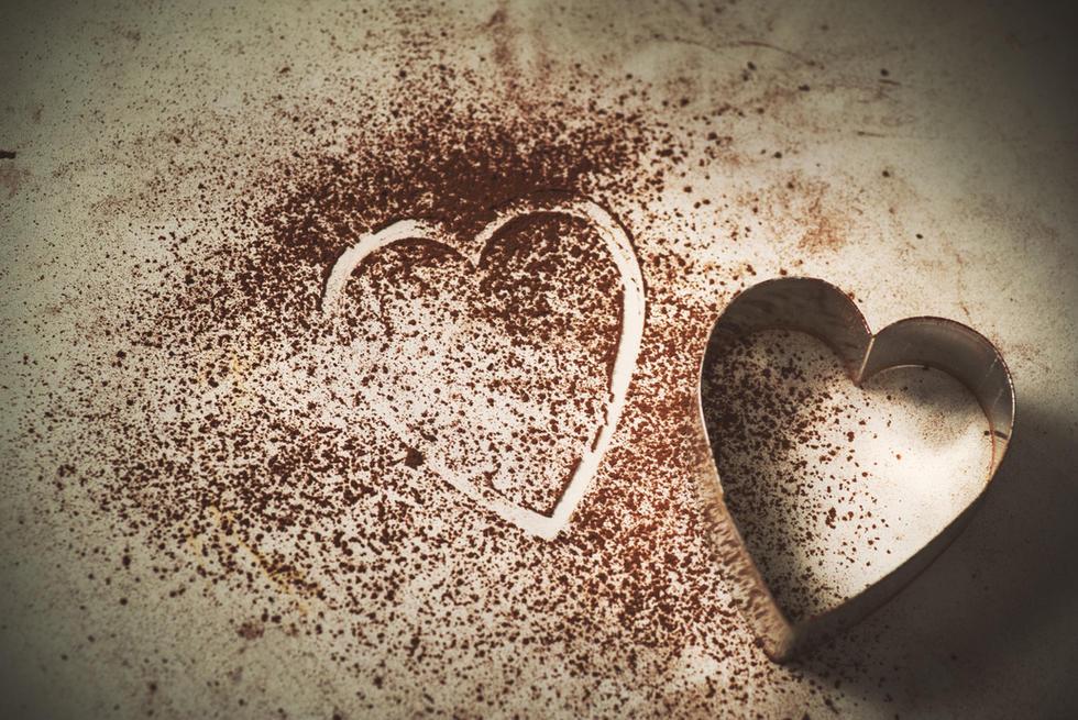 ♥Sjokolade inneholder det sentralstimulerende stoffet phenylethylamin som hjernen produserer mye av når vi er forelsket.  Kanskje er det sant at sjokolade demper kjærlighetssorg?