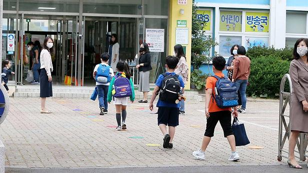 Corea del Sur reabre colegios ante caída de contagios de covid-19