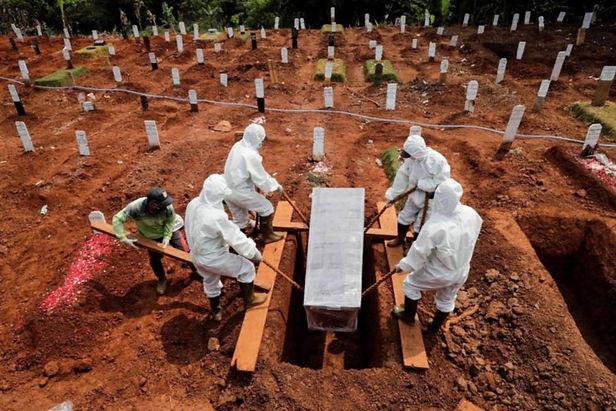 Indonesia cavar tumbas para víctimas de covid-19 es el castigo a los que no usan mascarilla