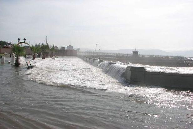 Hasta el martes 18 durarán oleajes en litorales centro y sur