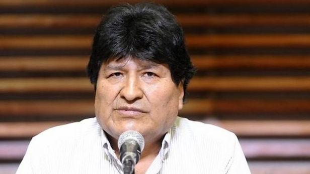 Un Miembro del partido de Evo Morales le lanza una silla