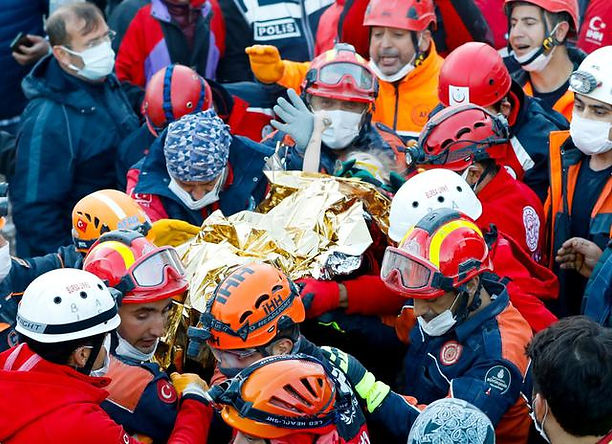 Rescatan con vida a niña de 3 años bajo los escombros del terremoto en Turquía