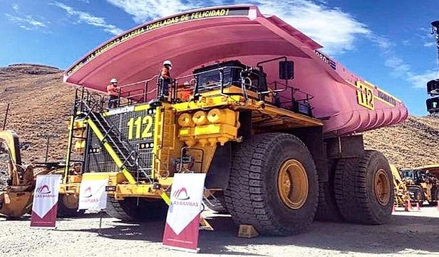 Pintan camión minero de color rosa como símbolo de igualdad de género