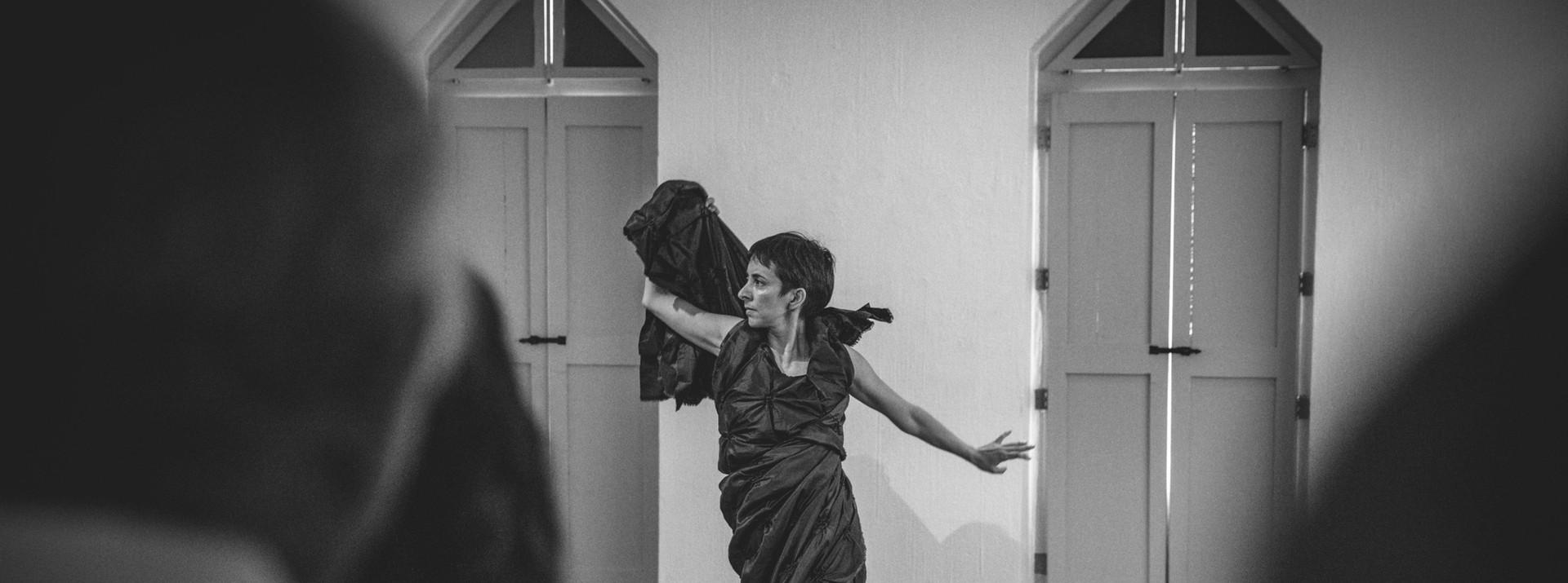 Performance para intervernir la inuaguración de la obra Espaciós Latentes replanteados de Ana Baer en el Congreso Internacional de Artes Escénicas, Alternativas para la enseñanza y la creación en el ambiente universitario. MACAZ, Morelia, Mich. 2019