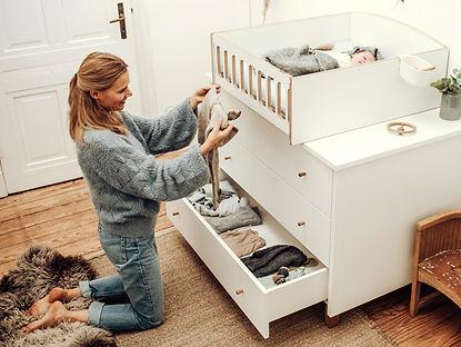 Der sichere Wickeltisch gibt der Mutter Flexibilität und Entspannung