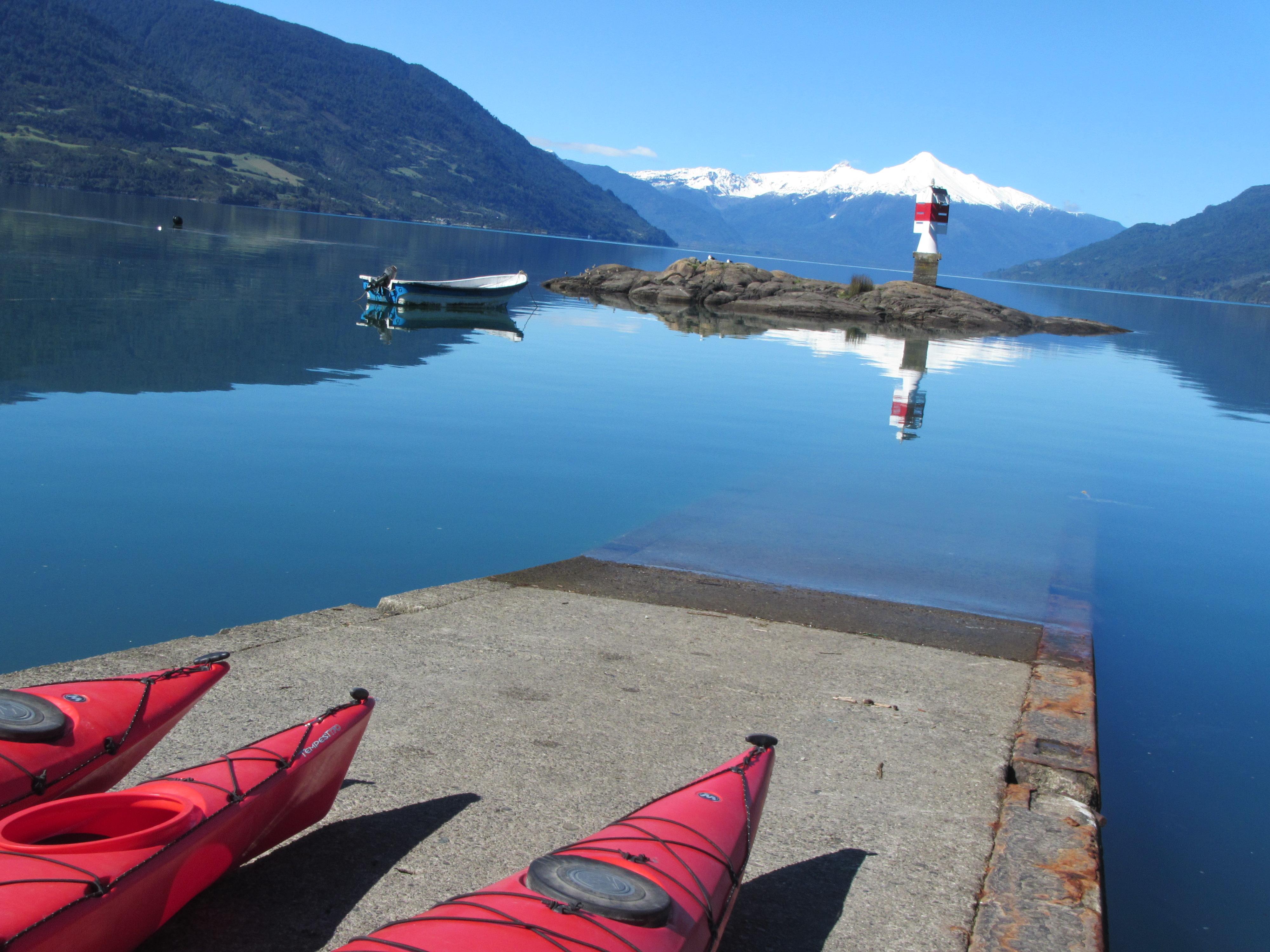 Kayak Fiordo Reloncavi Faro de Cochamo y volcan Yates