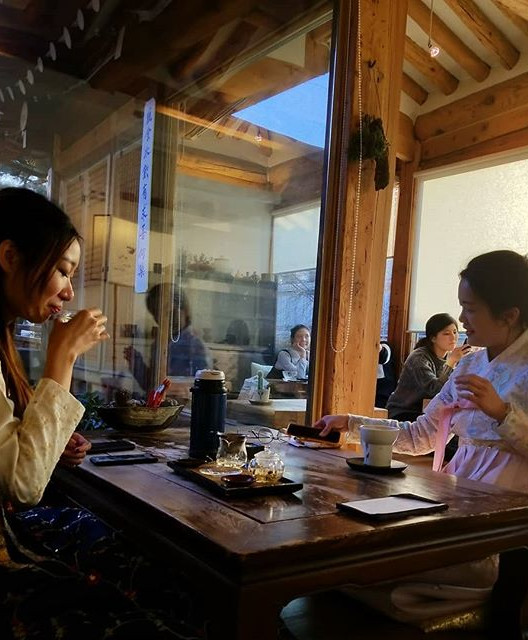 Traditional Korean Tea House, girls wear