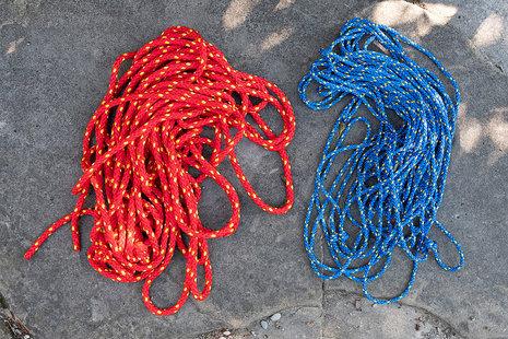 Knotennetz in Blau und Rot