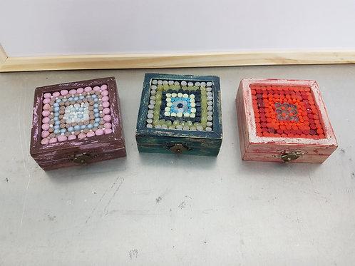 קופסת תכשיטים מעץ עם פסיפס זכוכית