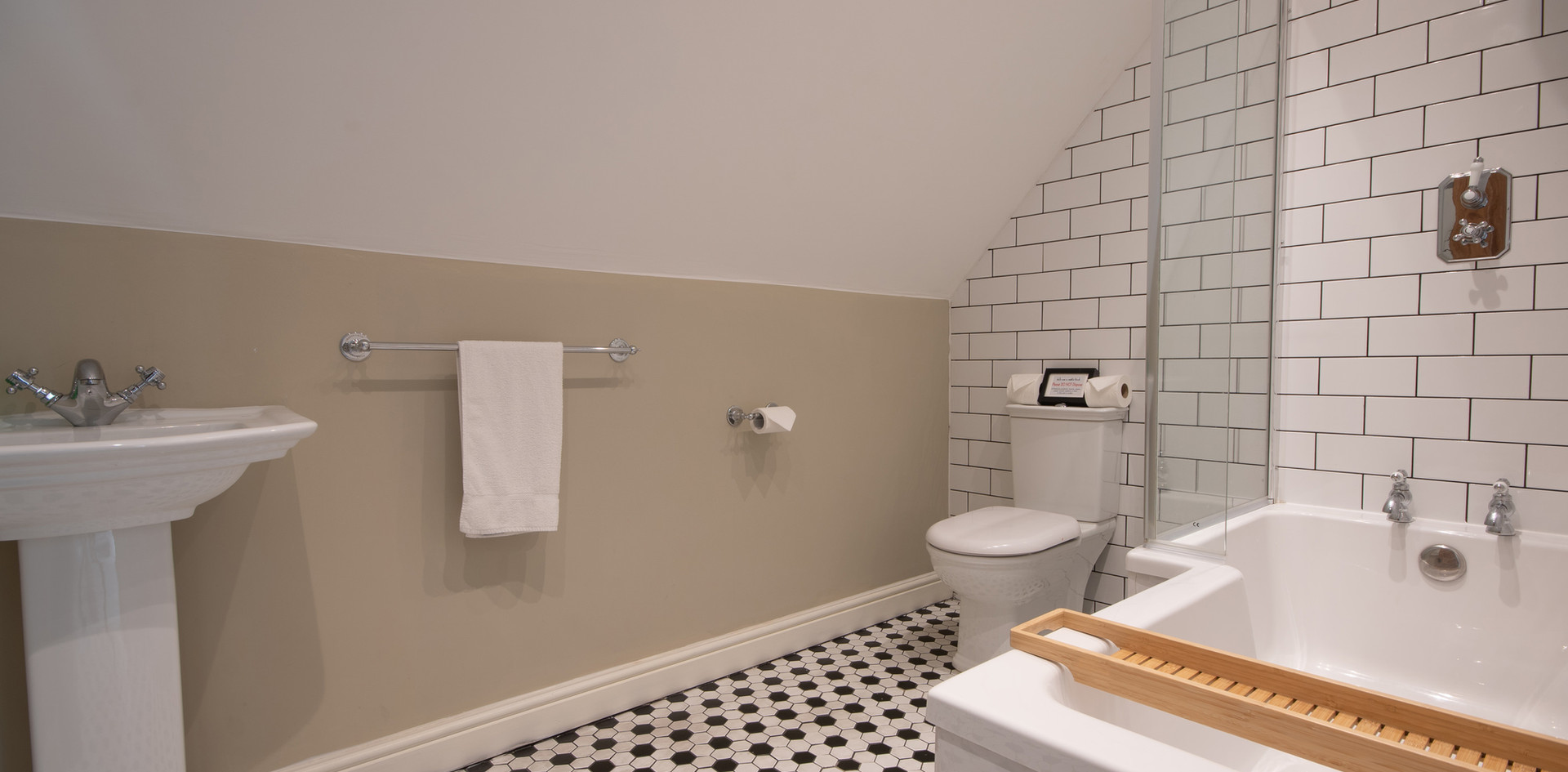 Main house - Bathroom 4.jpg