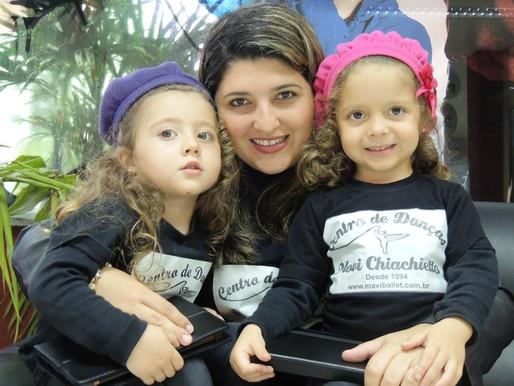 Bailarina que participa do Festival há quase 3 décadas leva filhas gêmeas