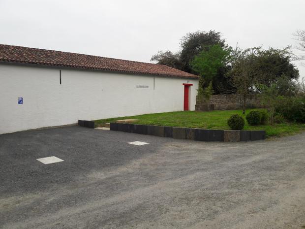 le parking PMR et le jardin