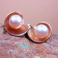 Pearl earrings w/ conch shell jackets