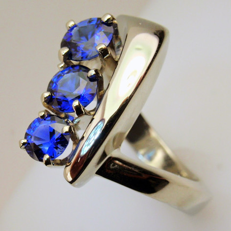 tapered 3 stone ring