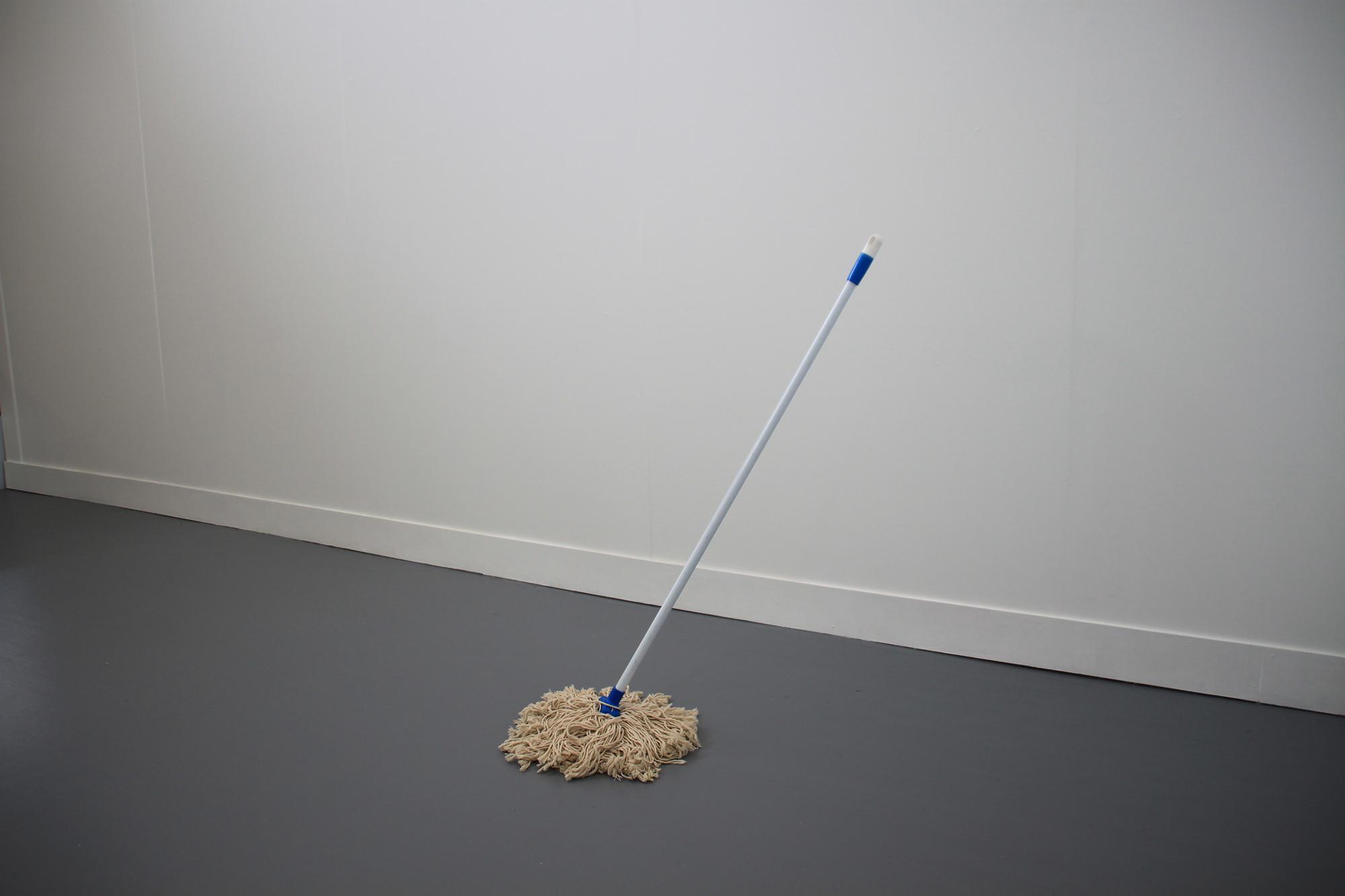 이다슬, Anti-gravitial mop, 2015, 마대, 나무, 1500mm