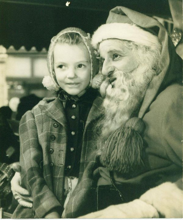 Facebook - Classic 1944 picture of my mom with Santa.jpg LOVE this picture.jpg