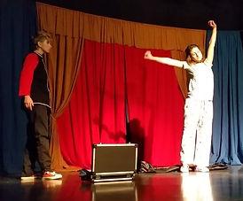 Niñas del Mago Ilusiona2. magas de escena en Barcelona. Shows de magos