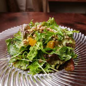クルミとオレンジ入りのグリーンサラダ