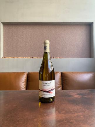 Touraine Sauvignon 2019  ピエール・オリヴィエ・ボノームのSauvignon Blanc  グレープフルーツ、青リンゴなど、黄色と緑の果実両方を感じる白 2019は心地よい甘さも加わってる印象です。青っぽさも感じません。当店の「ホエー豚と里芋のポテトサラダ」と一緒にいかがでしょうか?  2021/1/17