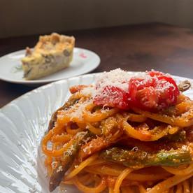 パルミジャーノたっぷりトマトソースのパスタ
