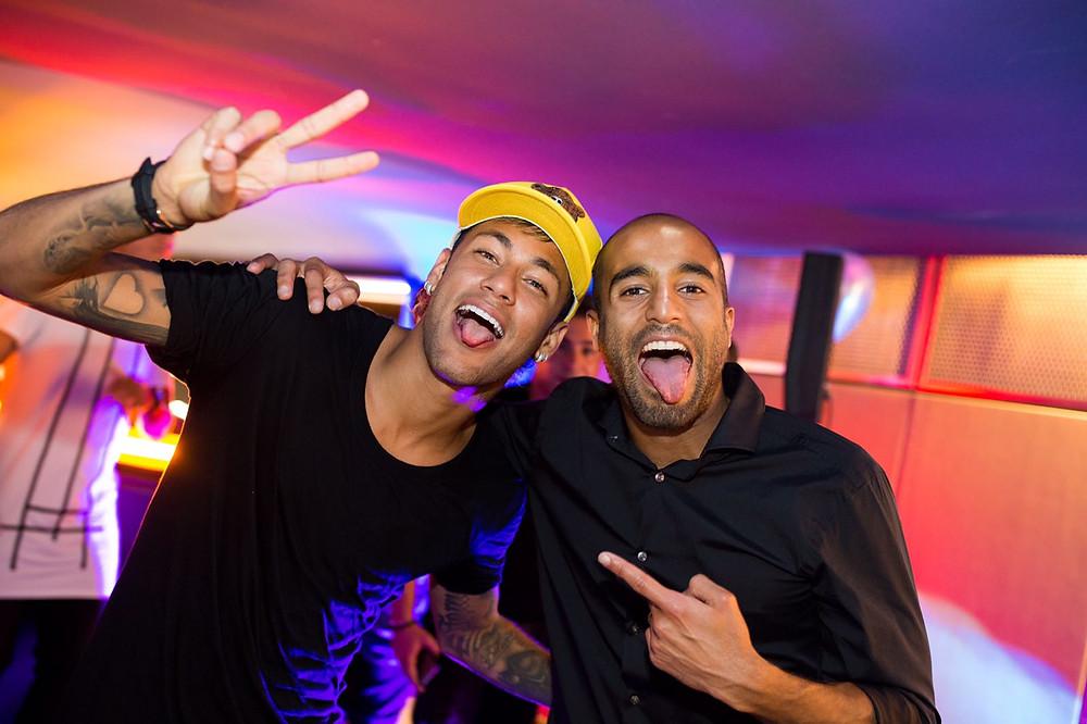 Momento de descontração com o amigo Neymar (Foto: Brandon Lim)