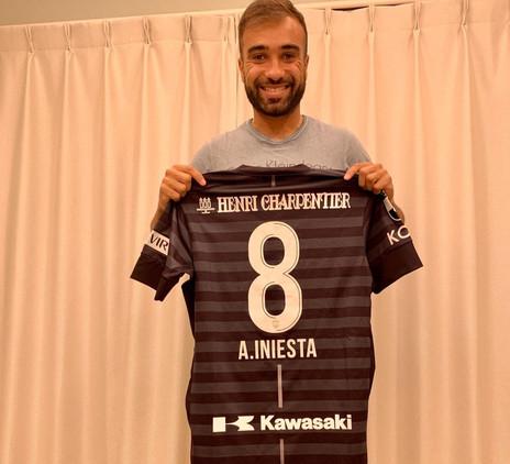 Em vitória pela J League, Gabriel Xavier ganha camisa de Iniesta