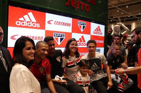 Dia de fotos e autógrafos: Fabinho participa de evento da Adidas
