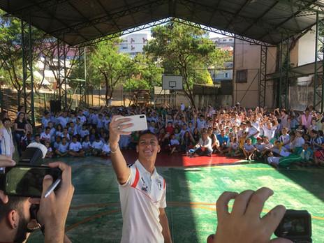 De volta às origens: Antony se emociona ao visitar escola em Osasco