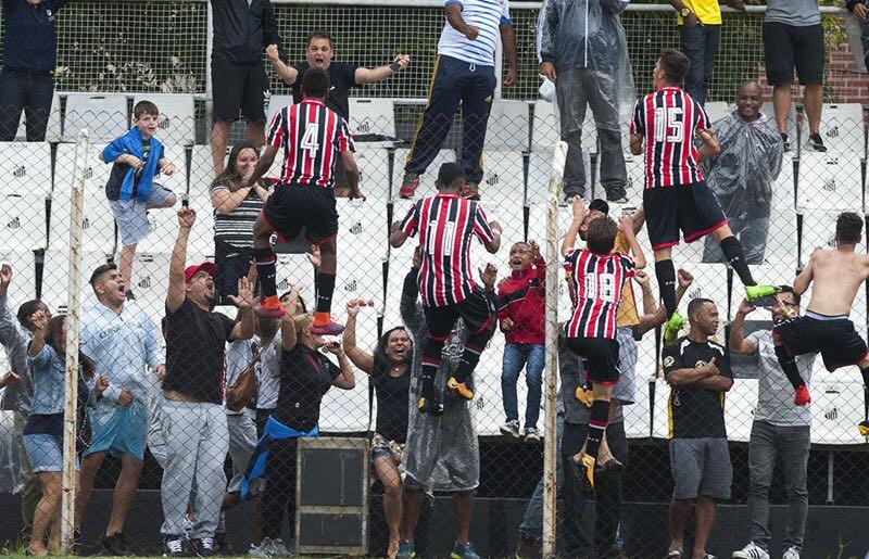 Pablo (camisa 15) celebra a classificação para a final (Foto: Site Oficial do São Paulo)