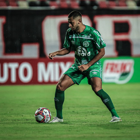Fabinho celebra mais um gol pela Chape e mira título do Estadual