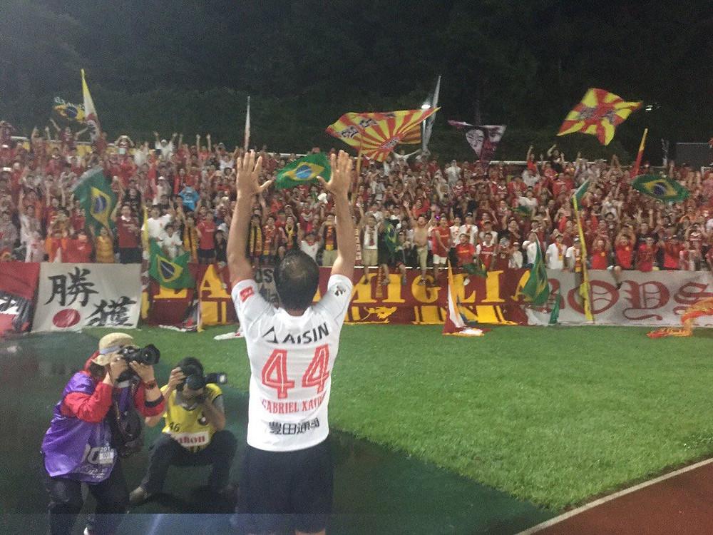 Gabriel celebra a vitória com a torcida do Nagoya (Foto: Site Oficial do Nagoya)