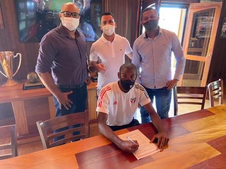 Observado no profissional e 'apadrinhado' por Cafu, lateral assina contrato profissional com o SP