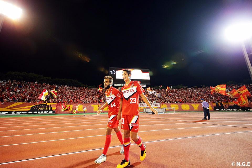 Gabriel vibra com a camisa do Nagoya (Foto: Site Oficial do Nagoya)