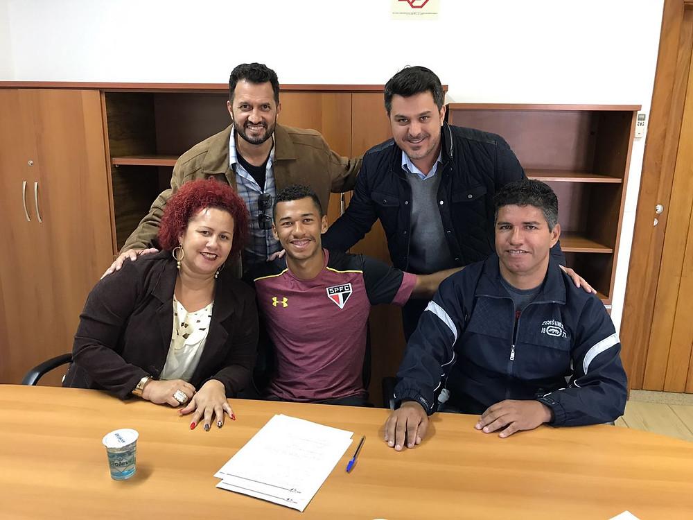 Fabinho durante a assinatura de contrato com o São Paulo