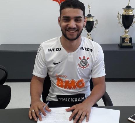 Artilheiro na base, John Kléber assina com o Corinthians