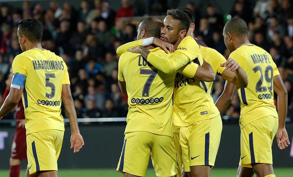 Lucas comemora seu gol com Neymar (Foto: Site Oficial do PSG)