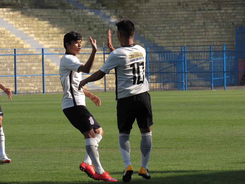 Fabrício Oya vibra com seu gol (Foto: Divulgação/Corinthians)