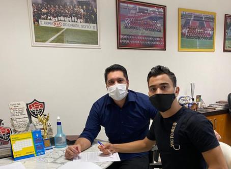 Caíque renova com o Vitória e se prepara para integrar elenco profissional do clube baiano