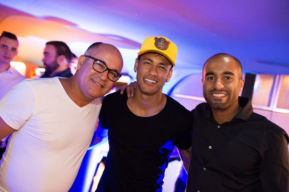 Lucas ao lado de seu pai Jorge e amigo Neymar (Foto: Brandon Lim)