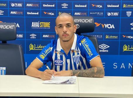 Promovido ao profissional, Thiaguinho renova contrato com Avaí e projeta títulos