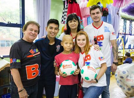 Em dia especial, Fabrício Oya visita o GRAACC e presenteia a criançada